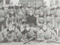 Rościszewski Lech w Ihumeniu (drugi od lewej w drugim rzędzie) / źródło:  Pamięć musi trwać... w osiemdziesiątą rocznicę obrony Płocka. Płock 2000