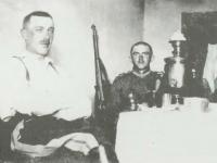 Rościszewski Lech (z prawej) w Ozanach / źródło: Pamięć musi trwać... w osiemdziesiątą rocznicę obrony Płocka. Płock 2000