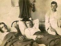 Miąsek Władysław (pierwszy z lewej) w szpitalu polowym / źródło: Nasze Korzenie 2013 r. nr 5, s. 78