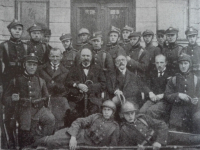 Uczniowie Jagiellonki po powrocie z wojny / źródło: 100 lat Jagiellonki. Płock 2006
