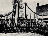 Płoccy rzemieślnicy podczas wystawy swoich wyrobów,  Stefański J. - Dzieje Fabryki Maszyn Żniwnych..., Warszawa 1986