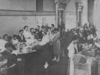 Przygotowywanie posiłku dla żołnierzy / źródło: Kurier Ilustrowany 1920 r. nr 38 s. 736