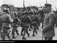 Józef Piłsudski podczas defilady wojska / źródło: NAC