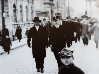 Pochód pocztowców ul. Kazimierza Wielkiego / źródło: Łakomski M. - Fachowcy z Płocka..., Płock 2012