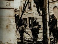 Montaż słupa oświetleniowego na Starym Rynku / źródło: Nycek J.B. - Z dziejów płockiej Elektroenergetyki. Płock 2019
