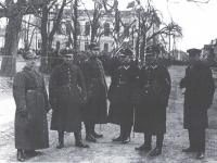 Policjanci płoccy na Pl. Florjańskim / źródło: Łaszczewski A. - Płocka policja okresu międzywojennego. Płock 2018