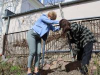 Natalia Matusiak zJoanną Banasiak, dyrektor Książnicy wbibliotecznym ogrodzie