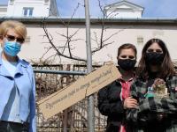 Natalia Matusiak zmamą, p.Agnieszką orazJoanną Banasiak, dyrektor Książnicy wbibliotecznym ogrodzie