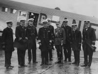 Powitanie delegacji oficerów polskiej marynarki wojennej nalotnisku Tempelhof. Drugi odlewej dowódca ORP Wicher kmdr ppor Stefan de Walden, źródło NAC